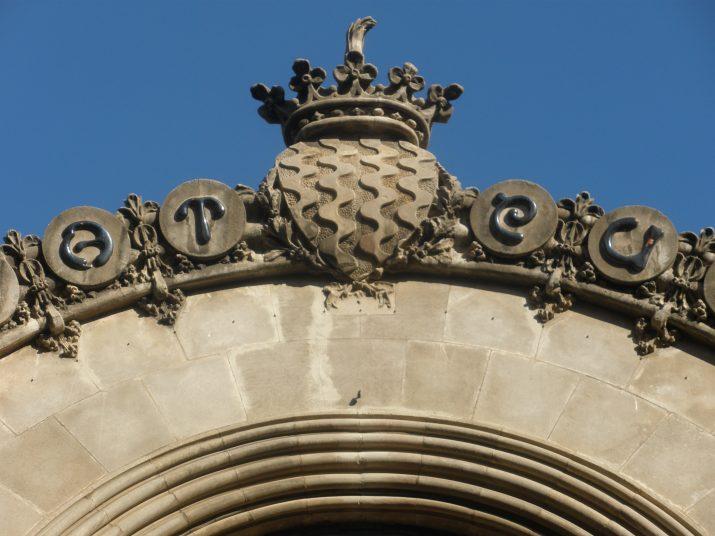 Detall exterior de la façana de l'edifici modernista del Mercat Central de Tarragona, construit l'any 1915