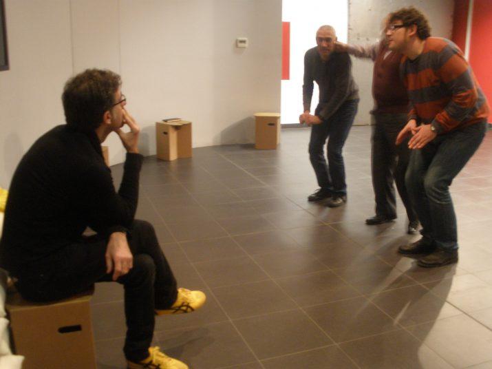 El director, Ferran Vidilla, observa l'assaig que fan Jordi Gómez, Josep M. Tuset i Jordi Salvadó a la Casa de la Festa