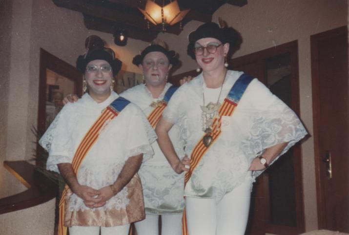 Les falleres. Disfressa de Carnaval al Poetes. Els reconeixeu?  (foto: Galeria Cafè Poetes - MHT)