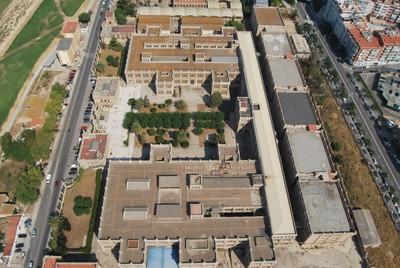 Imatge aèria de l'antiga fàbrica de tabacs, amb l'edifici central, els sis magatzems i els jardins (foto: Ajuntament Tarragona)