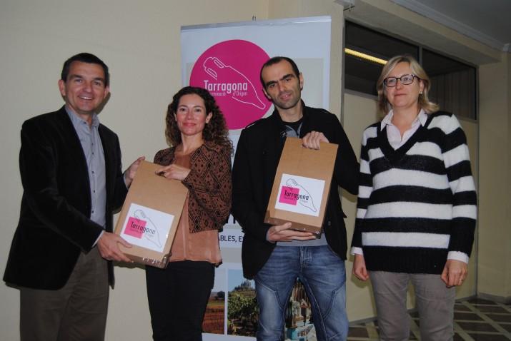 D'esquerra a dreta, el director del FET, Ricard Lahoz, els guanyadors, Anna Borrego i Jesús Jordi Pinatella, i la gerent de la DO Tarragona, Àngels Collado.
