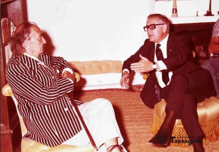 Salvador Dalí, durant la seva visita a la ciutat, el 17 d'agost de 1973, acompanyat per l'aleshores alcalde   Ricardo Vilar (FONT: Arxiu Fotogràfic de l'Ajuntament de Tarragona. AUTORIA: desconeguda).