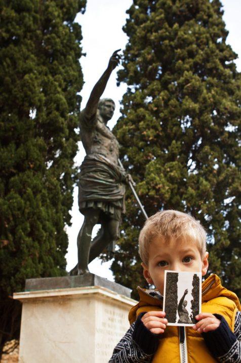 El Guiu, de 3 anys, sosté una fotografia en blanc i negre de l'estàtua d'August al passeig Arqueològic realitzada fa més de 40 anys. Aquí falta per descobrir el títol de la portada de la revista (foto: David Oliete)