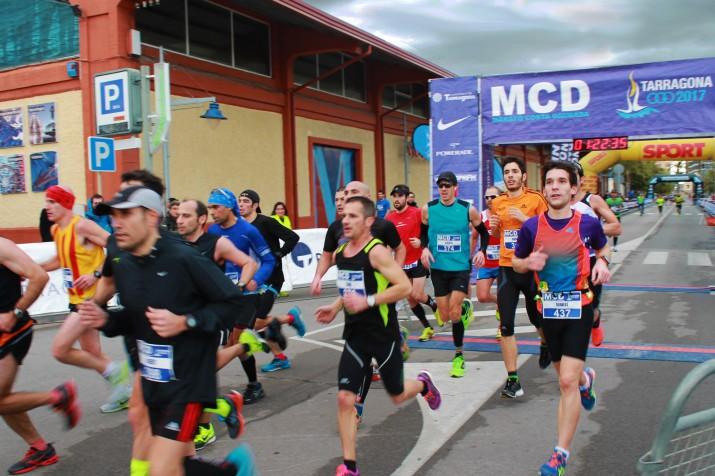 Un grup d'esportistes creuant el punt del quilòmetre 19,4 de la Marató , al Moll de Costa