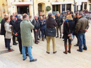 Un altre moment de la visita, amb el professor d'esquenes amb una bossa, a la Plaça de la Font (Foto: Ricard Lahoz)