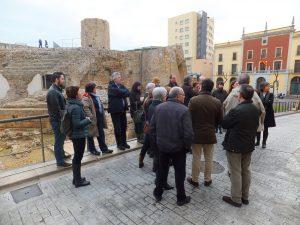 Els participants a la visita escolten les explicacions del catedràtic a la Capçalera del Circ (Foto Ricard Lahoz)