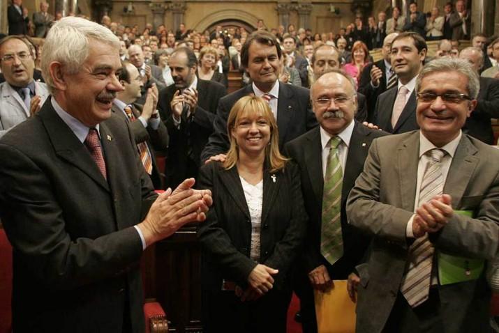 30 de setembre de 2005: el Parlament aprova el projecte de nou Estatut. A la imatge, el president de la Generalitat, Pasqual Maragall, la presidenta del grup parlamentari socialista, Manuela de Madre, el president de CiU, Artur Mas, i els líders d'ERC i IC, Josep Lluís Carod-Rovira i Joan Saura, respectivament (foto: cedida)
