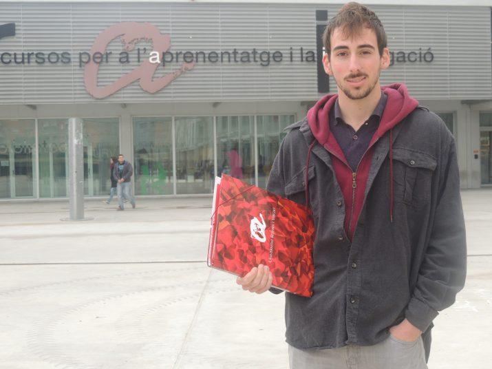 Edu Polo exhibint el seu disseny al Campus Catalunya de la Universitat Rovira i Virgili (URV).