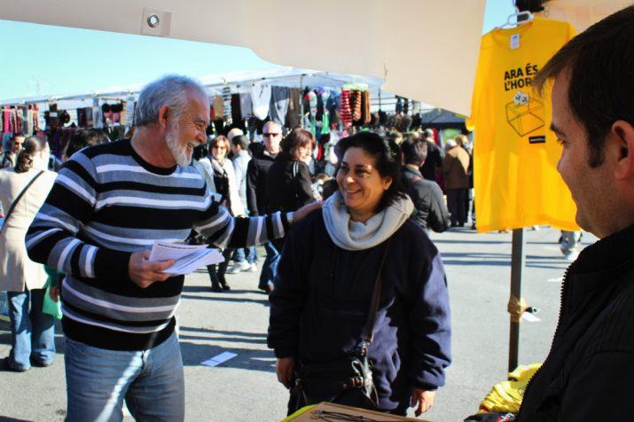 Voluntaris de l'ANC nascuts fora de Catalunya fan campanya per la independència al mercat dels diumenges de Bonavista