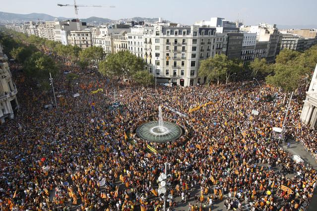 Aspecte de la multitudinària manifestació de l'Onze de Setembre de 2012 a la cruïlla del Passeig de Gràcia i la Gran Via, Barcelona (foto: ara.cat)