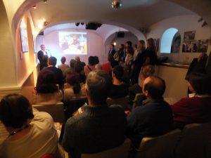 Un centenar llarg d'assistents van seguir amb interès les explicacions del fotògraf (foto: Josep Ardila)