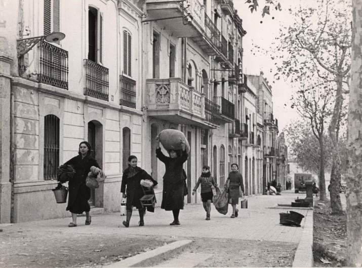 Fotografia captada per Robert Capa a l'avinguda Ramon y Cajal de Tarragona el matí del 15 de gener de 1939, poc abans de l'entrada a la ciutat de les tropes franquistes (foto obtinguda del blog personal de Carles Querol)