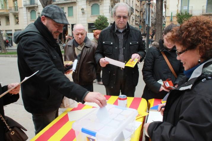 Un home introdueix el seu vot dins l'urna.Tot i que no es faran públics els resultats, l'organització assegura que la participació d'aquest dissabte ha estat alta.