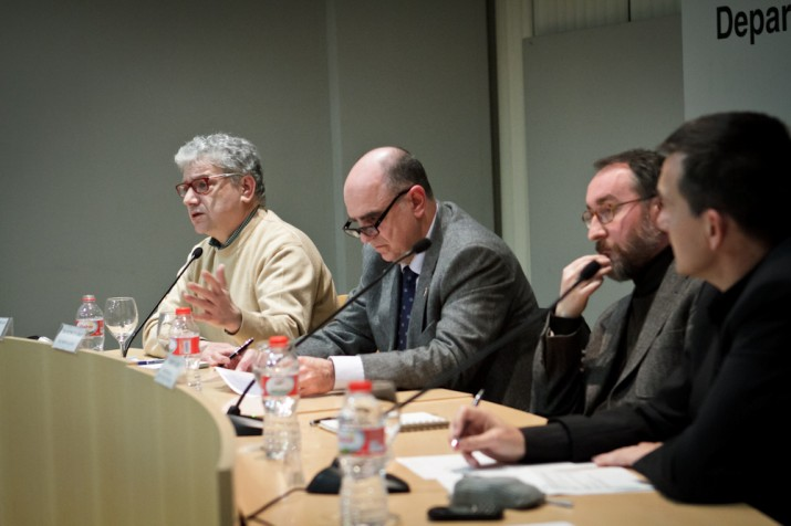 La taula de ponents amb l'historiador Josep Sánchez Cervelló, el rector Francesc Xavier Grau, i el professor de Dret Constitucional, Jordi Jaria, moderats pel director del FET (foto: David Oliete)