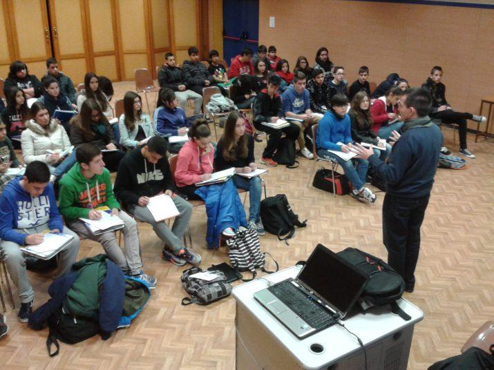 Un moment de la xerrada sobre periodisme i mitjans de comunicació amb un grup d'alumnes de La Salle Torreforta (foto: Joan Sala)