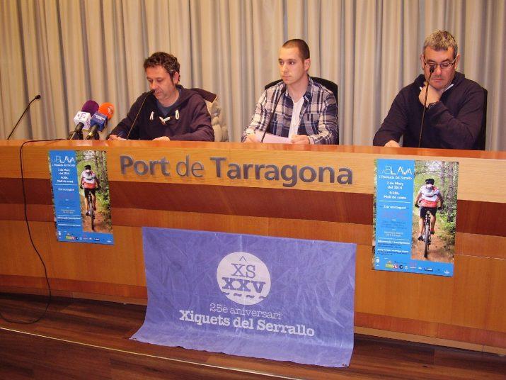 """Acte de presentació de """"La Blava"""" amb Xavier del Amo, Àngel Garcia i el president de l'entitat, Lluís Monfort (foto: xiquets del Serrallo)"""
