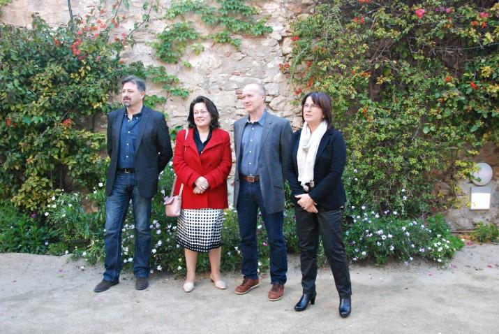 Els guanyadors del premis lietaris de 2013 al jardí del Metropol amb la regidora Carme Crespo, a la dreta (foto: Teresa León)