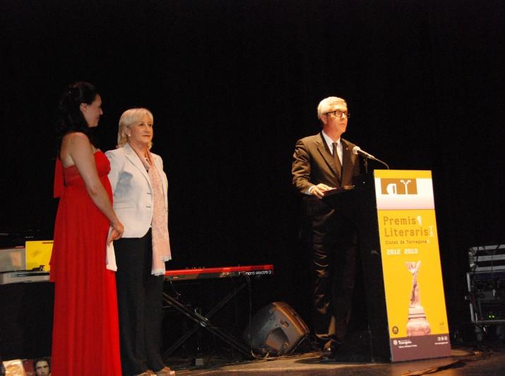 Acte de lliurament dels Premis Literaris Ciutat de Tarragona 2013 amb l'alcalde, Josep Fèlix Ballesteros i la president d'Òmnium Cultural, Rosa Mª Codines (foto: Teresa León)