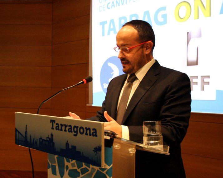 Alejandro Fernández, portaveu del grup municipal del Partit Popular, en un moment inicial de la seva conferència sobre l'estat de la ciutat (foto: PP)