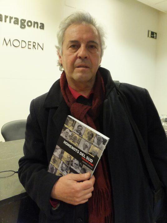 L'escriptor i periodista Xavier Garcia amb el nou volum d''Homenots del sud', publicat per Arola Editors