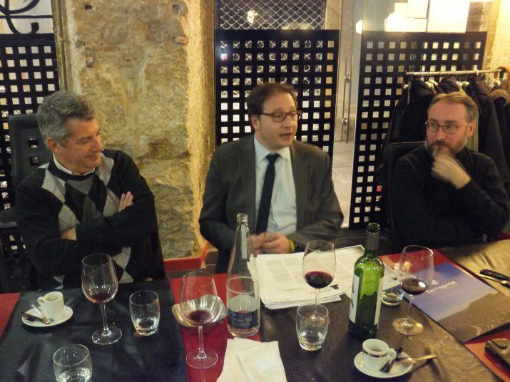 L'amfitrió del sopar, Ramon Maria Sans -al mig- presenta els dos ponents i columnistes de la revista FET a TARRAGONA: Pere Grau, a l'esquerra, i Jordi Jaria, a la dreta