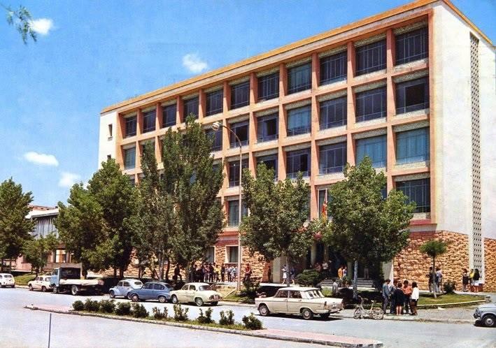 Edifici construit l'any 1966 com a centre de formació i que va acollir l'institut Vidal i Barraquer a partir de 1978 (foto extreta del llibre de recull d'imatges del centre)