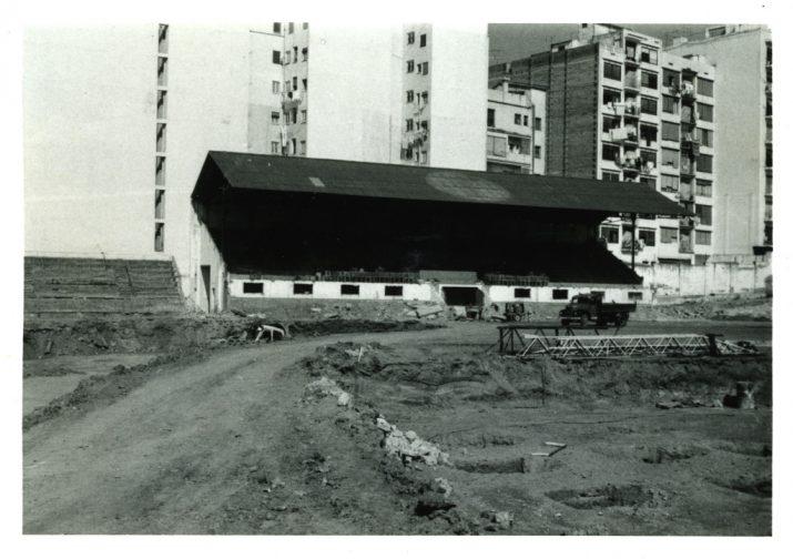 La vella tribuna del camp de l'avinguda Catalunya quan ja començaven les obres d'enderrocament (foto: JOSEP CASANOVA CAÑETE)
