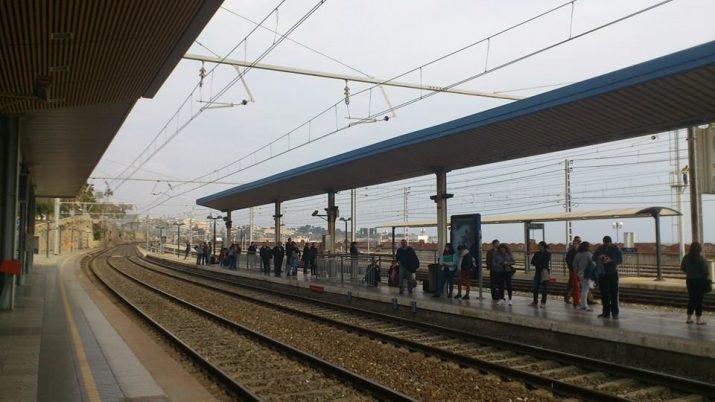 Usuaris esperen l'arribada d'un tren Regional a l'estació de Tarragona el dia de l'estrena del nou servei de Rodalies