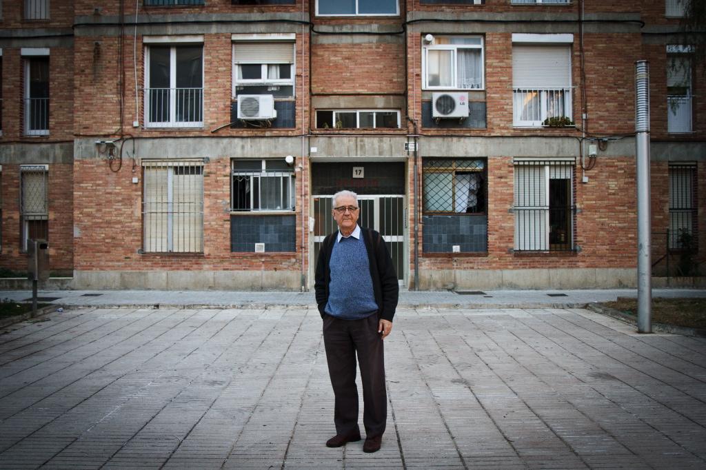 El jesuïta Francesc Xammar, davant d'un dels edificis del barri de La Floresta (fotografia: DAVID OLIETE)