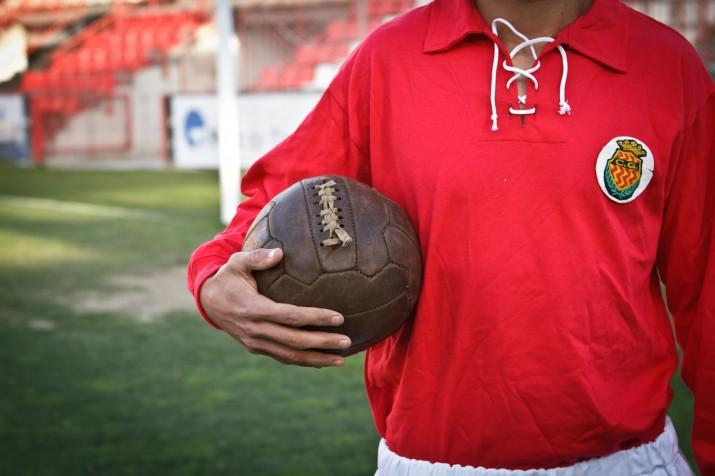 Una samarreta, uns pantalons, un parell de botes i una pilota dels anys 30 en mans d'un jugador de la plantilla actual del Nàstic (foto: David Oliete)