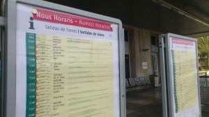 Un pannell de l'estació de Tarragona indica els nous horaris dels trens de Rodalies