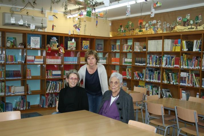 Maria Güell, Sílvia Francino i Maria Antònia Ferrer, a la biblioteca del Col·legi Pax
