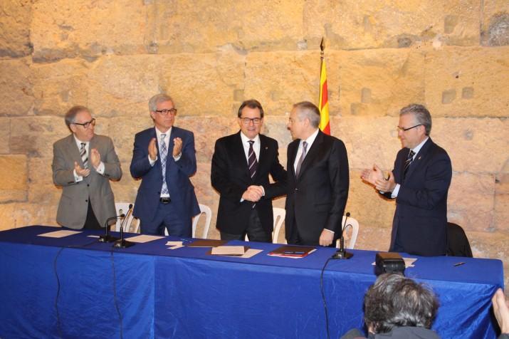 Artur Mas i Pere Navarro signen l'acord per reformar la llei que permetrà la implantació de BCN World acompanyats dels alcaldes de Tarragona, Vila-seca i Salou (foto: Mauri - Ajuntament de Tarraogna)