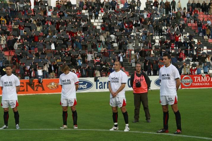 Jugadors del Nàstic guarden un minut de silenci per les víctimes dels atemptats el diumenge 14 de març de 2004 (foto: MAURI)