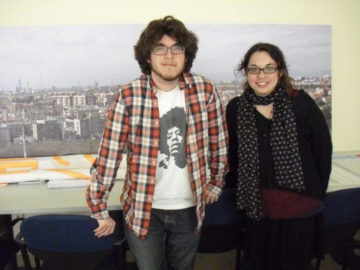 Arnau Curto i Neus Rovira, realitzadors de 'La ràdio veïnal', al local de la FAVT a Torreforta