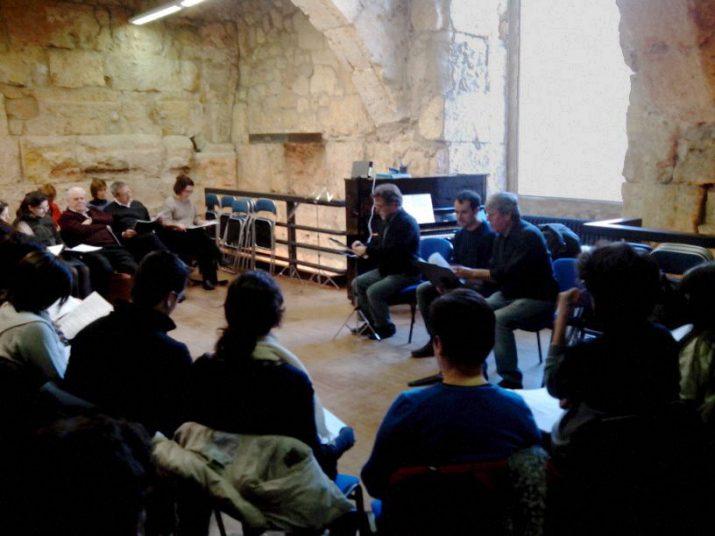 Vives, Targa i Prats, explicant el projecte de la cantanta als professors i professores de música de les escoles tarragonines.