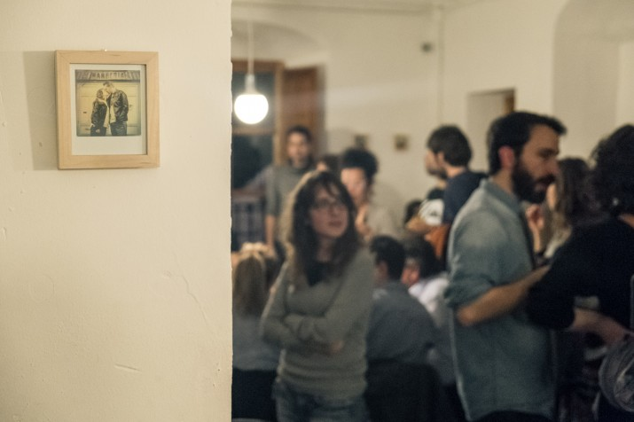 Un moment de l'acte inaugural de l'exposició de fotografies de Pixelmoreno que està oberta a La Cocotte durant el mes de març (foto cedida per Pixelmoreno)