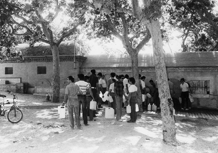 A finals dels 70 i principis dels 80 els tarragonins feien cua per omplir d'aigua les garrafes a les fonts de l'Oliva (fotografia cedida pel Centre d'Imatges de Tarragona - L'Arxiu)