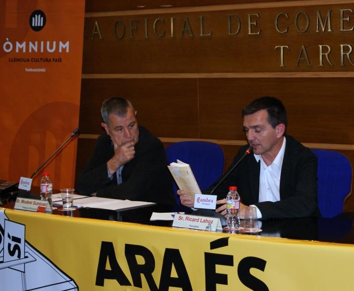 A l'esquerra, Modest Guinjoan, un dels tres autors del llibre 'Com Àustria o Dinamarca', en l'acte de presentació a la Cambra de Comerç de Tarragona (foto: Jordi Alasà-ANC)