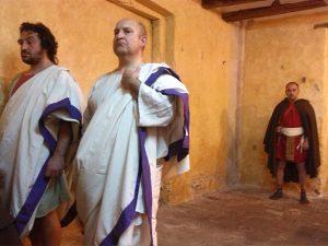 Tres dels actors, durant la representació prèvia a l'estrena de l'obra.