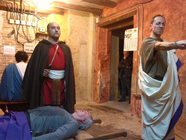 Els actors de Thaleia en un moment de l'assaig final de Juli Cèsar.