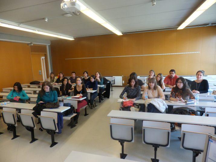 Els alumnes del màster de Comunicació de la URV segueixen la classe de l'assignatura que imparteix la professora Nani Rodríguez