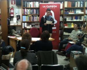 Lectura de relats guanyadors el 2013 a la Llibreria La Capona (foto: FCVS)