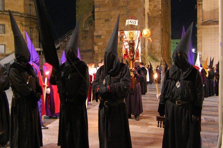 Penitents amb la Creu dels Improperis, a la Setmana Santa tarragonina (foto: Carme Ribes)