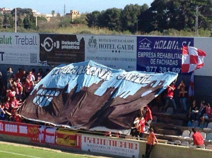 Aficionats del Nàstic amb una pancarta sobre la capitalitat de Tarragona al camp del Reus (foto: Ganxet emmascarat)