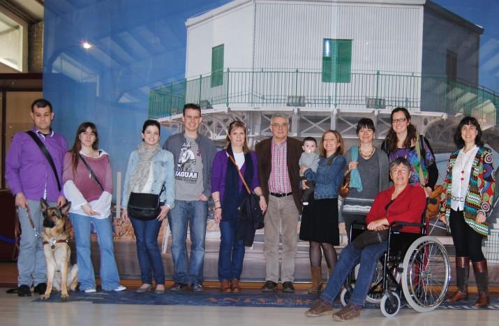 Els subscriptors que van gaudir el 5 d'abril de la visita guiada al Port i la seva directora, Mercè Toldrà (la primera per la dreta).