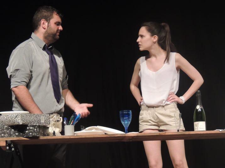 """Imatge de l'assaig general de Tornavís Teatre de l'obra """"Una pistola a cada mà""""."""