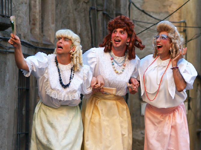 Un moment de l'actuació de Dames i Vells, amb Pere Navarro a la dreta (foto cedida per Dames i Vells)
