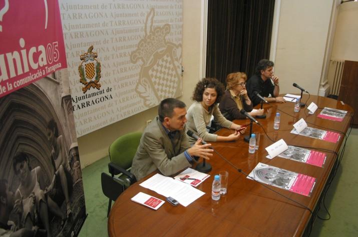 Montserrat Carulla a la sala d'actes de l'Ajuntament de Tarragona l'any 2005 en un debat sobre serials de televisió organitzat per la Setmana de la Comunicació (Tarragona Ràdio). A la imatge també hi apareixen l'actiu Anna Sahun i el periodista Ricard Lahoz (foto: Anna Plaza)