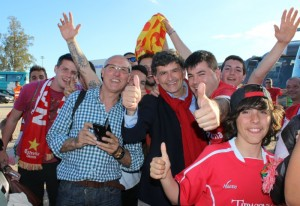 Josep Maria Andreu celebra la victòria amb l'afició fora del camp